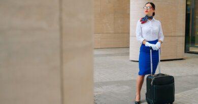 Как шейный платок помогает стюардессам при ЧП