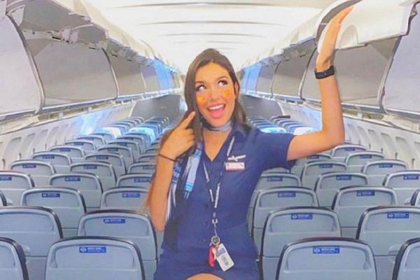 Стюардесса вмини-юбке попозировала натележке дляедынаборту самолета&nbsp