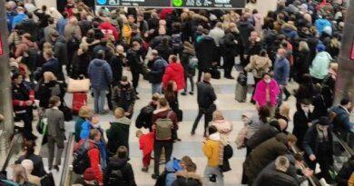 Аэропорт «Домодедово» переполнен сотнями пассажиров