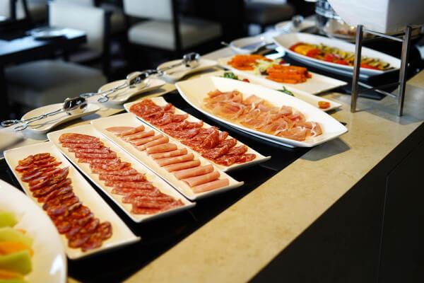 Россиянка рассказала, какполучить больше едына«шведском столе»&nbsp