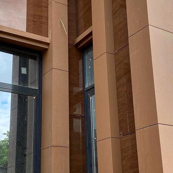 Навесные фасады из окрашенного каленого стекла – триплекса.
