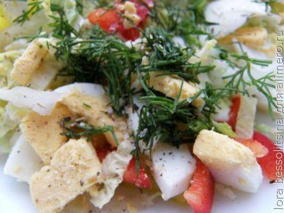 салат с зеленью и приправлен солью и перцем молотым