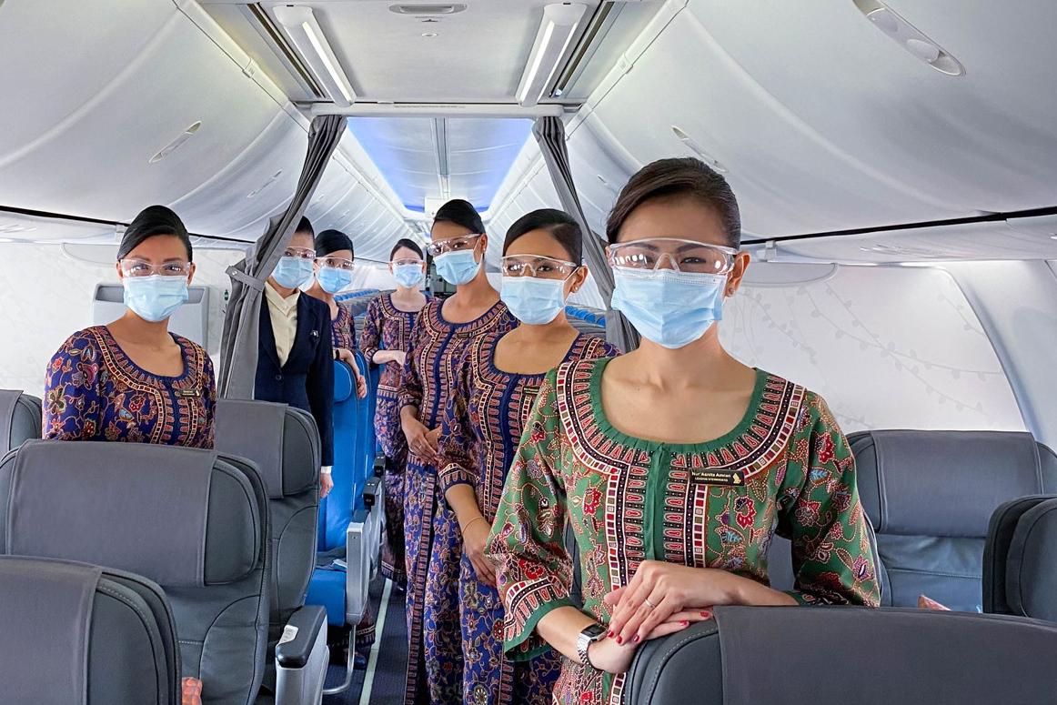 Singapore Airlines. Костюмы выполнены в традиционной азиатской технике батик, а цвет формы указывает на позицию стюардессы.