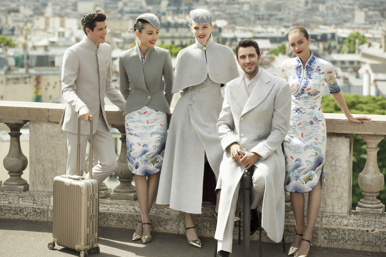 Hainan Airlines. За основу костюма китайский дизайнер Лоренс Сю взял шелковую рубашку на косой застежке с традиционной вышивкой.