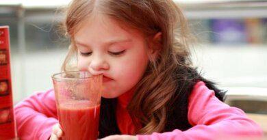 Ученые объяснили, почему томатный сок вкуснее в самолете
