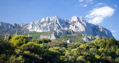 Со скалы в Крыму сорвался турист