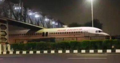 В Индии самолет застрял под мостом: видео
