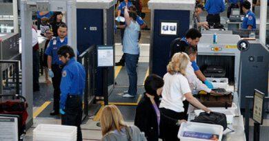 Сотрудник аэропорта заставил пассажирку показать грудь придосмотре