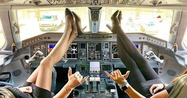 Стюардессы в мини-юбках закинули ноги на штурвал
