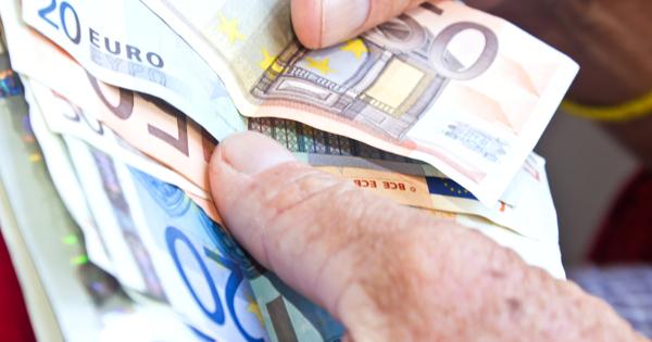 Где стоит и не стоит менять валюту в отпуске