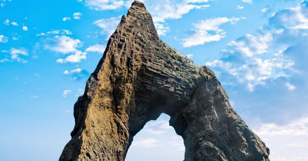 Подросток прыгнул со скалы в море и возмутил интернет