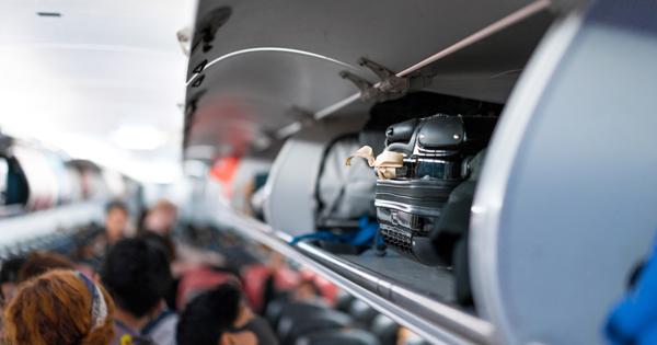 Стюардесса в мини-юбке выполнила трюк на борту