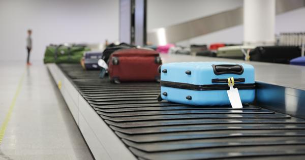 Сотрудник аэропорта рассказал, как не ждать свой багаж