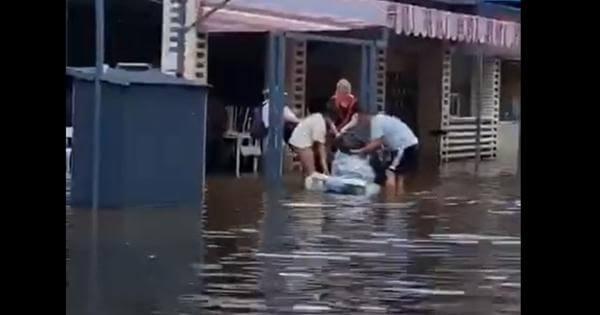 По улицам затопленной Анапы люди передвигаются вплавь