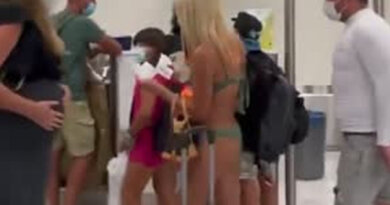 Видео: пассажирка прошлась по аэропорту в бикини