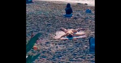 «Извращенка напляже»: голая туристка попала навидео