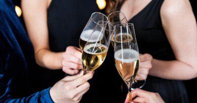 Почему нельзя выливать шампанское&nbsp