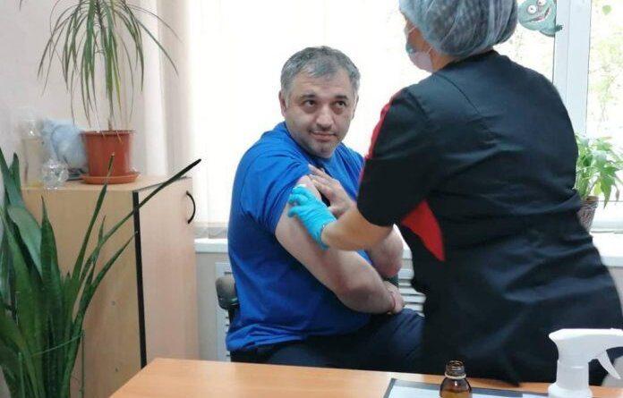 Глава Усинска завершил вакцинацию от коронавируса