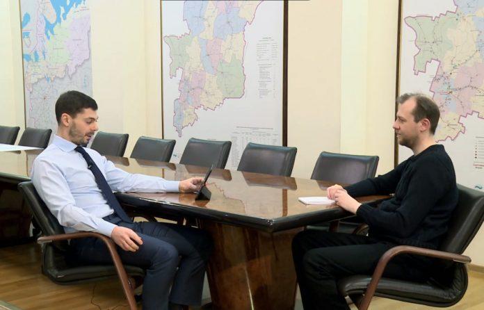 Игорь Булатов дал интервью региональному информагентству не отрываясь от планшета