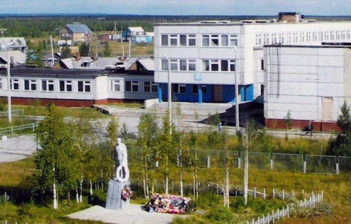 Комар Усинска против памятника Победителю в Усть-Усе