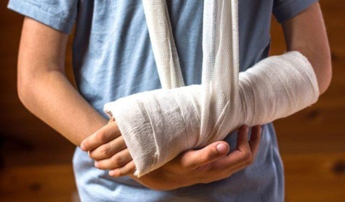 Компания в Усинске выплатит 90 тысяч рублей за сломанную руку мальчика