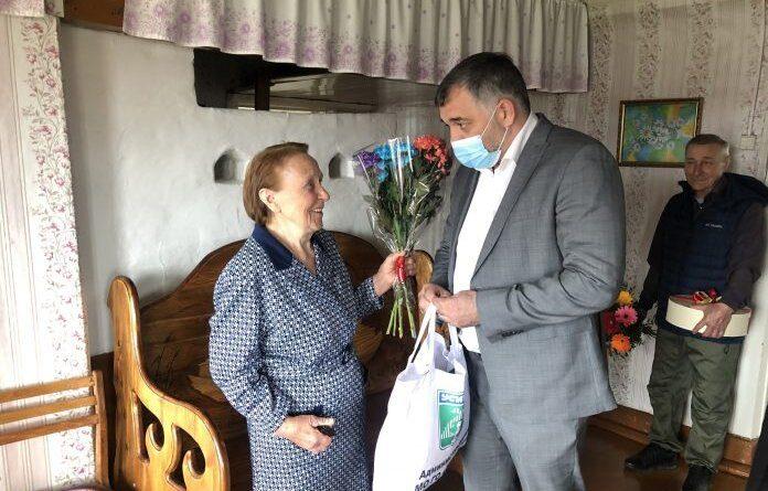 Николай Такаев поздравил жительницу деревни Сынянырд с 90-летием