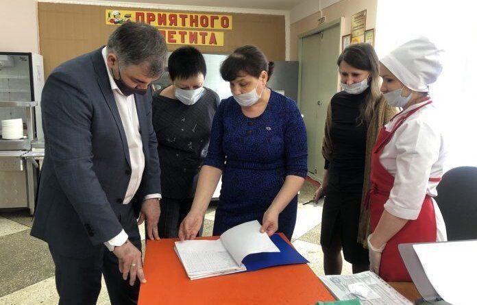 Николай Такаев продолжил проверки детского питания в школах Усинска