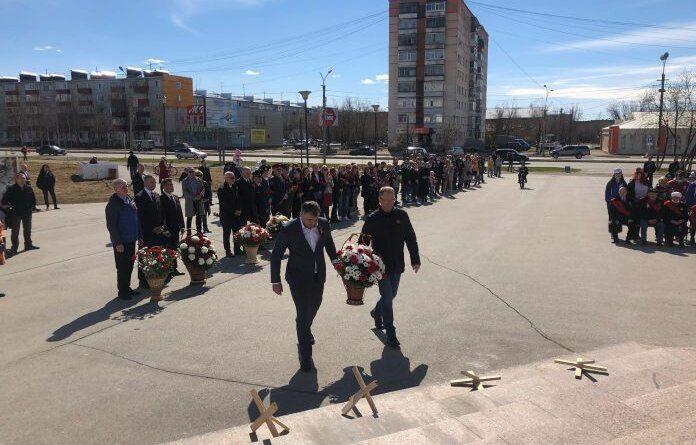 """Николай Такаев возложил цветы к памятнику """"Трём поколениям"""""""