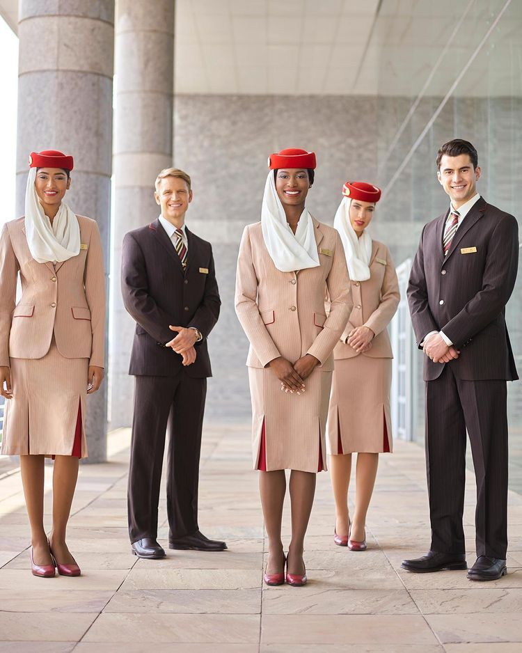 Emirates Airline. Костюм, отсылающий к арабским мотивам, состоит из юбки, блузки, жакета, туфель и шляпки с шарфом.