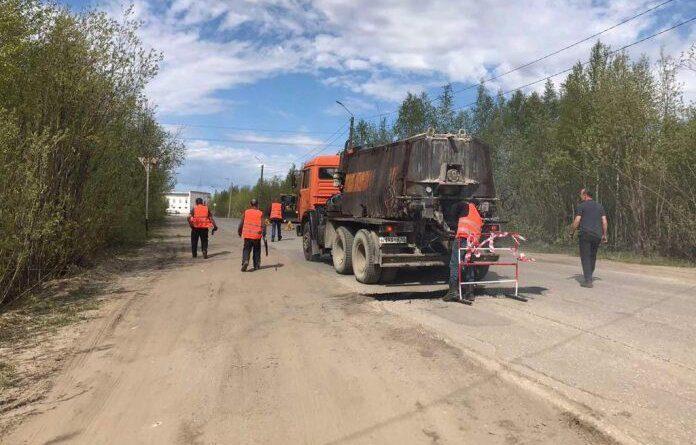 Сегодня в Усиснке приступили к ямочному ремонту дорог