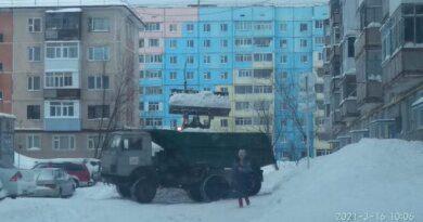 Улицы Усинска убирают от снега по поручению главы города