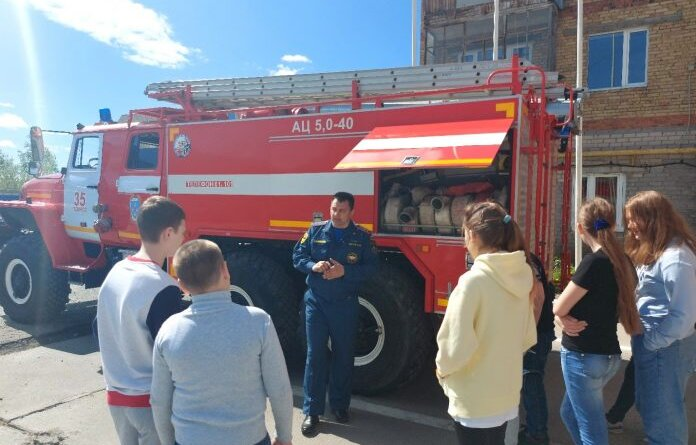 Усинские пожарные организовали ежедневные экскурсии для детей