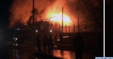 В Усинске горит жилой дом