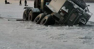В Усинске на переправе провалился вездеход