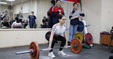 В Усинске прошли соревнования по пауэрлифтингу среди юношей и девушек