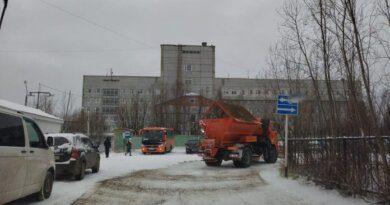 В Усинске пытаются спасти дороги от гололёда