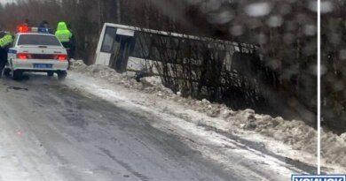 В Усинске сегодня рейсовый автобус улетел с дороги в кювет