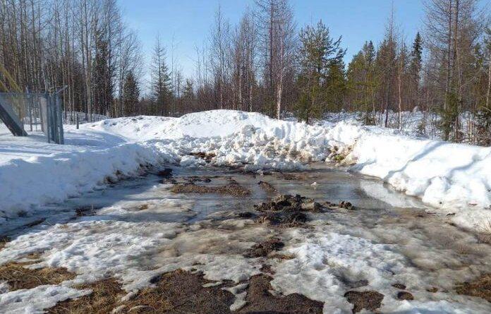 """В Усинске у дороги на Водозабор вывезли """"нефтяной снег"""""""