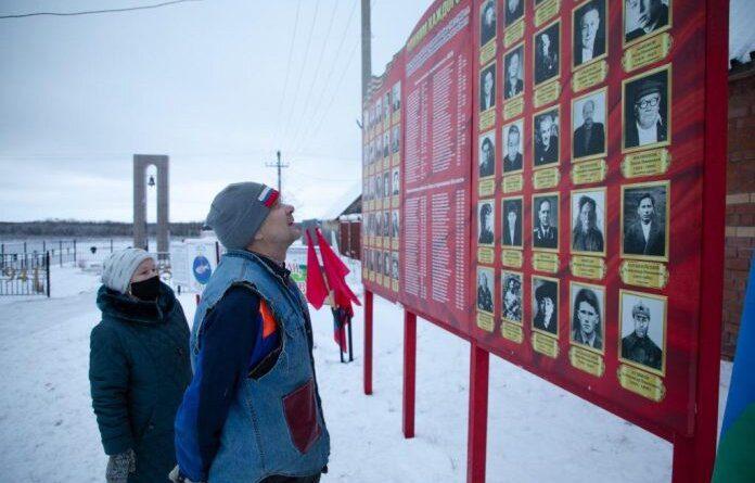 В усинском селе Колва открыли уличный стенд воинской славы