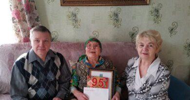 В Усть-Лыже с 95-летием поздравили труженицу тыла