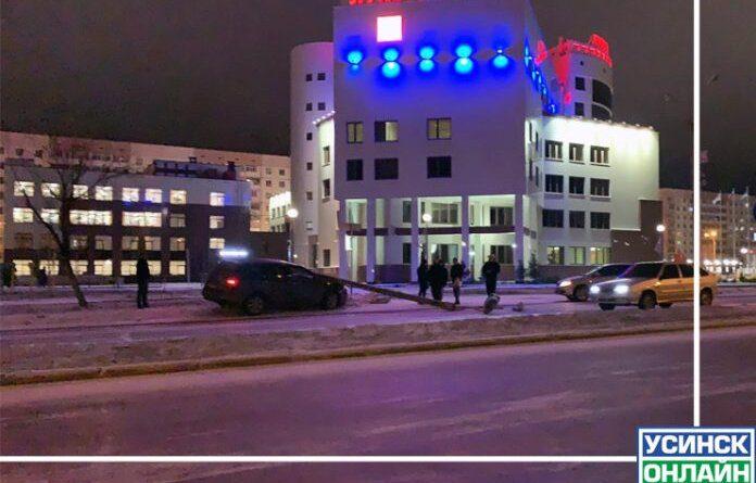 Вчера легковой автомобиль обесточил уличное освещение по Нефтяников