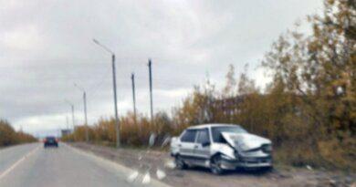 Вчера в Усинске автомобиль въехал в столб