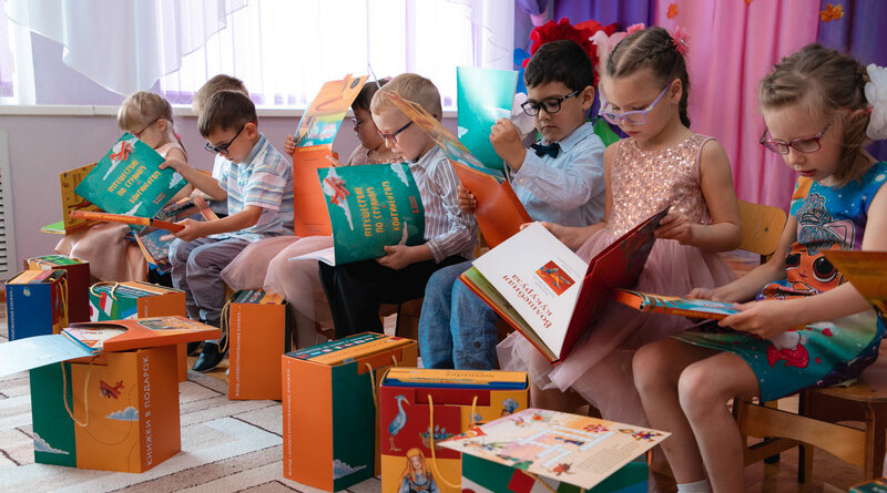 Воспитанникам специализированного детского сада в Усинске подарили особенные книги