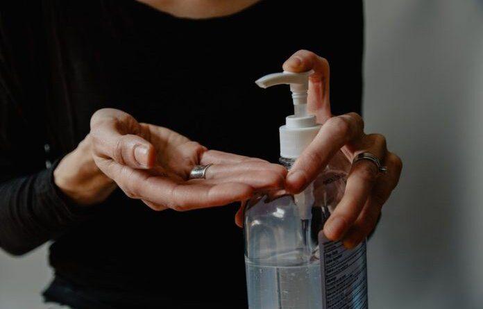 Врач рассказала, почему нельзя после мытья рук применять антисептик