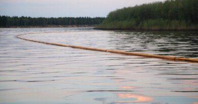 Завершаются работы по сбору нефтепродуктов с водной поверхности