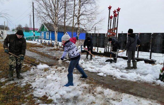 Жители сёл и деревень Усинска приводят после зимы в порядок памятники